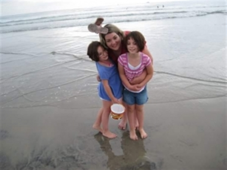 Deseree-Hildy-and-Taylor-at-the-beach-460