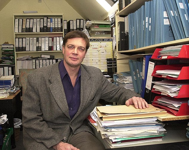 DR. ANDREW WAKEFIELD WHOSE RESEARCH ON THE MMR VACCINE FIRST BROUGHT SAFETY CONCERNS TO LIGHT. AT HOME IN KEW, LONDON. 27-12-01 PIC BY IAN MCILGORM